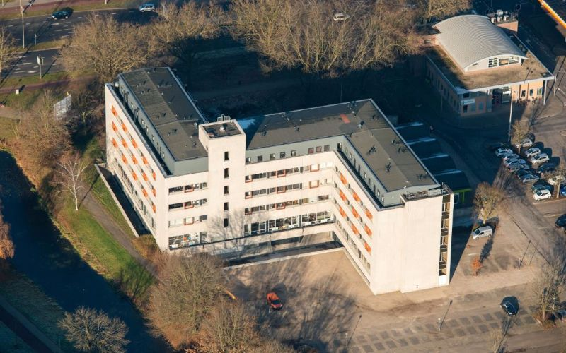 Uitgelichte afbeelding van een kantoorpand van bovenaf gezien.